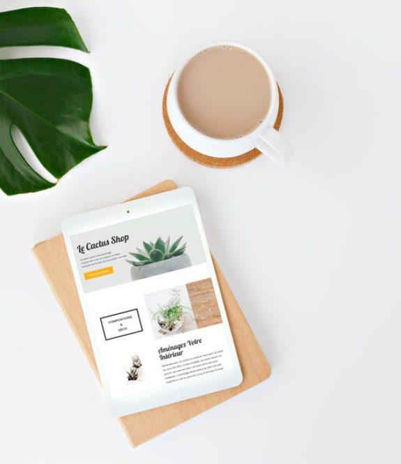 Mockup de présentation pour un site vitrine WordPress - iPad avec café et feuille verte